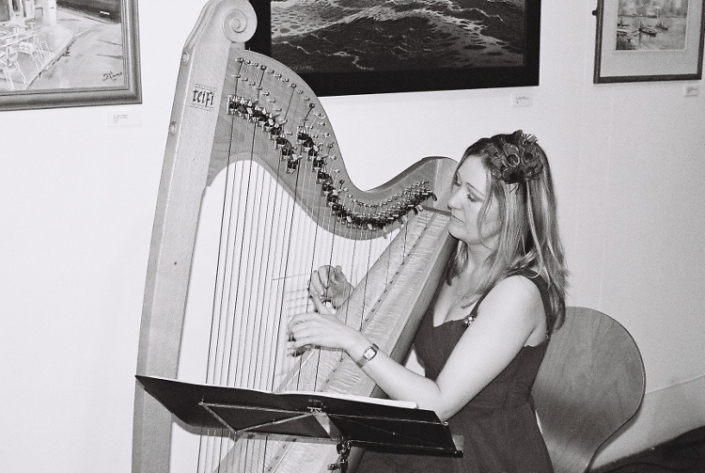 Bethan Nia performing with her harp to an audience